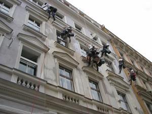 1. Starwork práce z lana a výškové práce oprava fasády domu v památkové zóně.