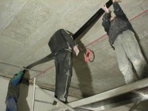 UHLÍKOVÉ VÝZTUŽE TESAN nalepovani uhlikove lamely na strop